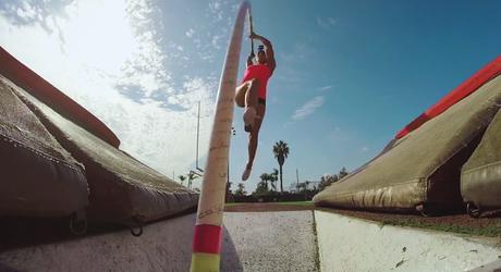 Vivez un saut à la perche façon GoPro avec la jolie Allison Stokke