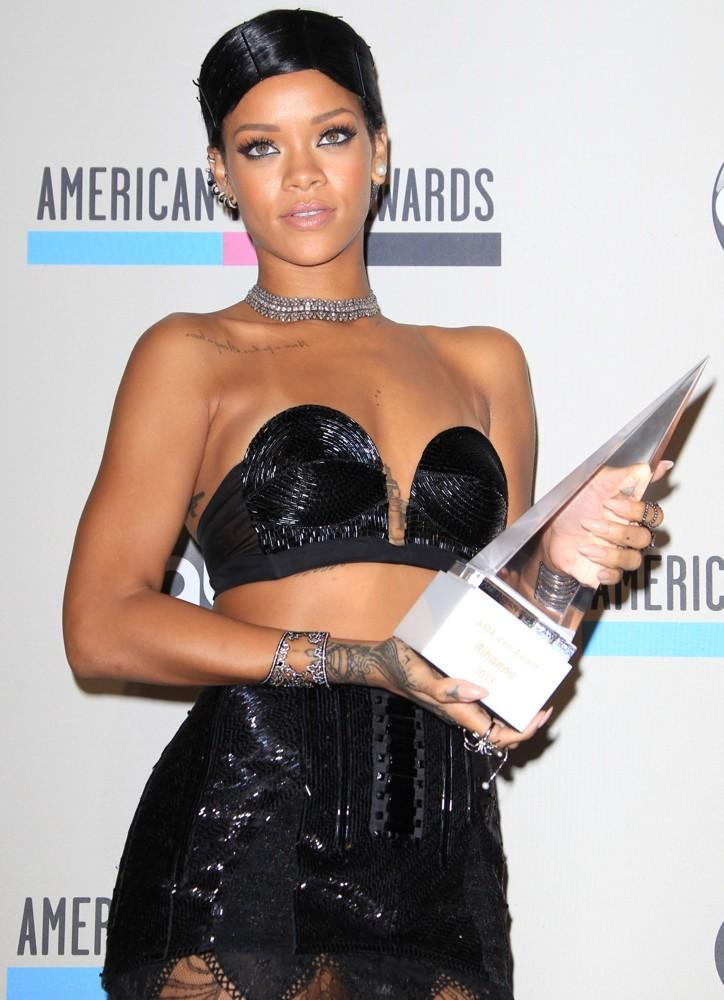 rihanna-2013-american-music-awards-press-room-04