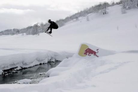 Du wake sur un lac gelé en Bosnie