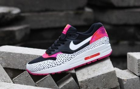 Nike-WMNS-Air-Max-1-Print-Dash-Dot-Fireberry-681x435