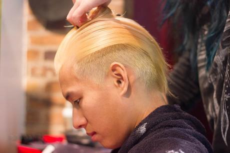 cheveux plaqués arrière