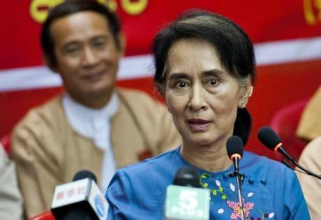 Aung San Suu Kyi prête à appeler au boycott général des élections de 2015 si le gouvernement lui interdit de devenir Présidente.