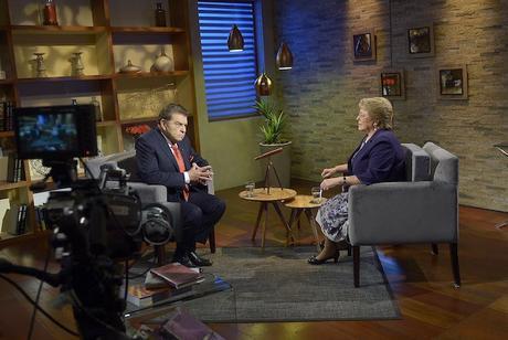 """Michelle Bachelet sur le plateau de l'émission """"¿Qué le pasa a Chile?"""" de Canal 13 durant laquelle elle a annoncé demander la démission de son gouvernement (photo Gobierno de Chile)"""