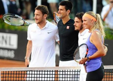 Les joueurs de L'AS Rome s'essaient au tennis à Rome