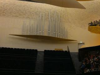 Théâtre Musique Cinéma oui mais la vie.... les gens meurent oui mais comment et à quel âge ? En équilibre/ Léonie est en avance/ Disparition...présence-absence/ Concert classique à la Philarmonie : Mozart Mahler/ Asia Minor concert 33 ans apres /Un nou...
