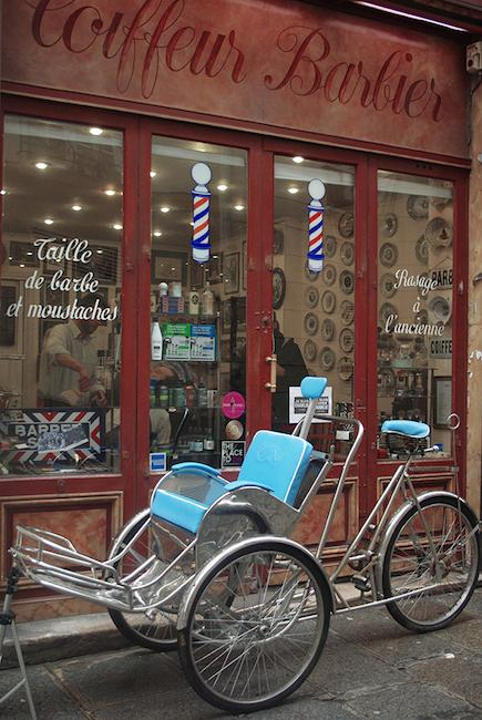 Un barbier ambulant à Paris