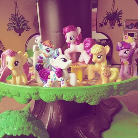 Les petits poneys ont trouvé refuge dans l'arbre magique de Vulli