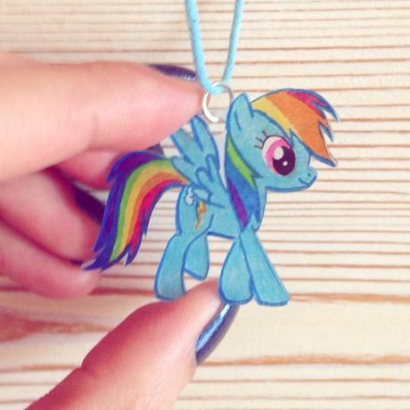 Collier Rainbow Dash réalisé en plastique magique