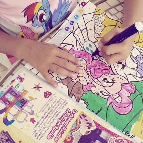 Lire et colorier le dernier n° du magasine My Little Pony