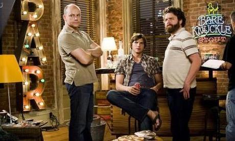 Ashton Kutcher (au centre) & Rob Corddry (ΰ gauche)