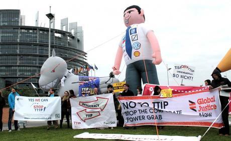 Des activistes manifestent à Strasbourg avant le vote d'une résolution sur le TTIP au Parlement européen, le 12 juin. (Photo seattletobrussels)