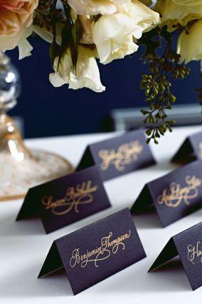 Décorez vos tables de réception en bleu roy et or !