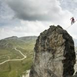 Kenny Belaey fait du slackline en VTT à 2700m d'altitude !