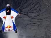 Wingsuit dessus d'un volcan actif