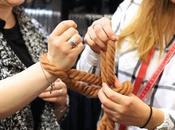 Lifestyle écharpe tricoter avec mains
