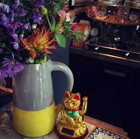 Ma miss qui attend sa crêpe et le joli bouquet du comptoir, chez BRETONS (c) D'une île à Paris
