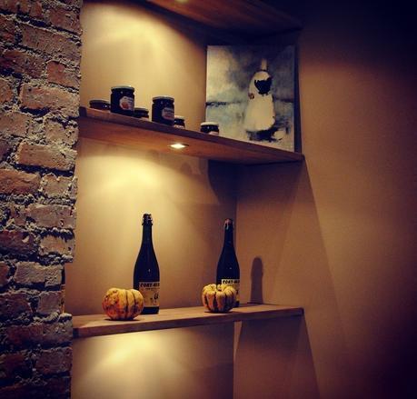 Joli déco, coussin et belle chaise haute, chez BRETONS (c) D'une île à Paris