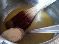 la béchamel : mettez le beurre coupé en gros morceaux dans une casserole moyenne, à feu doux faites le fondre, retirez du feu ajoutez les cuillères de farine en mélangeant bien