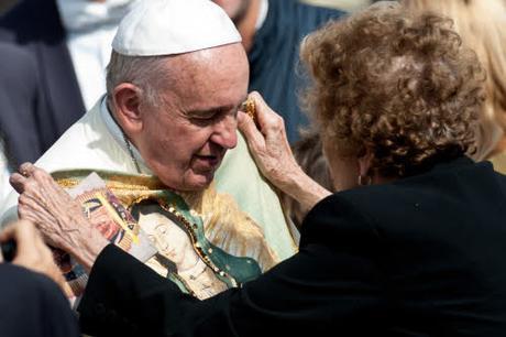 Le-pape-Francois-recoit-fidele-cadeau-representant-Vierge-Guadalupe-mercredi-8-octobre-2014-lors-audience-generale-place-Saint-Pie