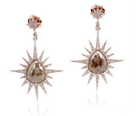 Très beaux pendants d'oreilles en or rose et diamants slice en forme de poire au centre cernés de diamants normaux, le tout en forme d'étoile.