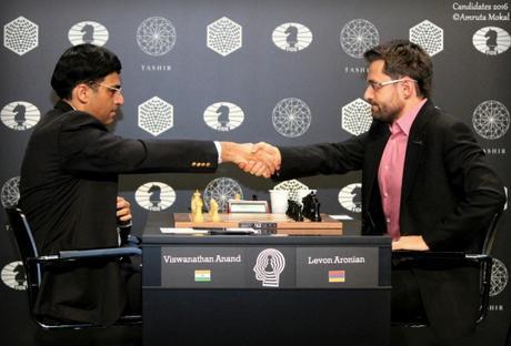 Le début de la partie d'échecs entre l'Indien Viswanathan Anand et l'Arménien Levon Aronian lors de la ronde 9 - Photo © Amruta Mokal