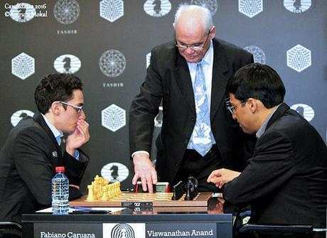 Le lancement de la partie d'échecs entre l'Américain Fabiano Caruana et l'Indien Viswanathan Anand lors de la ronde 10 - Photo © Amruta Mokal