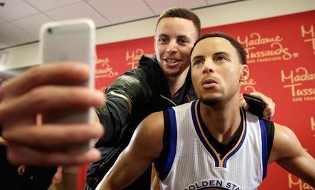 Stephen Curry pose avec son double de cire
