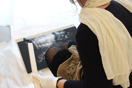 Isabelle Lecomte photographe, accrochage avec le Poster-pant par Dezzig