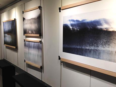 Exposition de photographies d'Isabelle Lecomte - Poster-pant par Dezzig