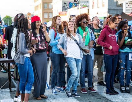 Des jeunes dans la rue à Oakland.