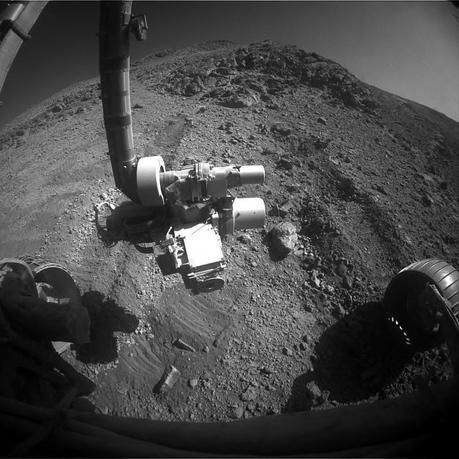 Tout proche de sa cible, Opportunity a malheureusement du renoncer malgré ses tentatives de l'atteindre. On peut voir sur cette image, les traces de dérapages du rover sur ce terrain sablonneux en pente — Crédit : NASA, JPL-Caltech