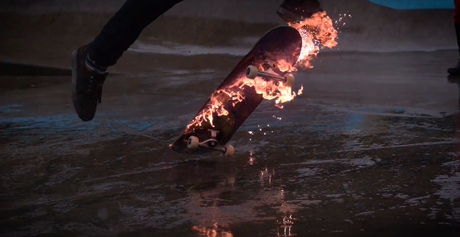 Il skate avec sa board en feu
