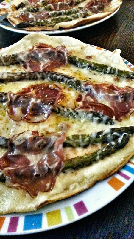 CELLE QUI SERA DE NOUVEAU À CAMBREMER: PIZZA À L'ASPERGE VERTE MARINÉE À L'AIL, COPPA ET BEAUFORT AOP