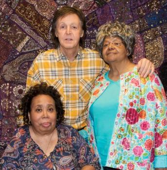 Paul McCartney reçoit deux muses des Beatles