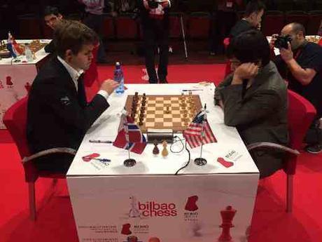 Ronde 9: Le début de la partie d'échecs du jour entre le leader du tournoi Magnus Carlsen et Wesley So - Photo © Juan Carlos Fdez