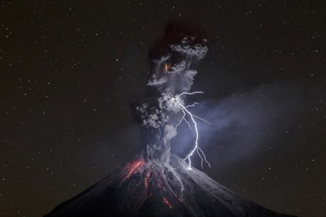 Nature, 3e prix – Photos uniques Sergio Tapiro, Mexique Les pouvoirs de la nature 13 décembre 2015. Éruption du volcan Colima, accompagnée d'averses rocailleuses, d'éclairs et de coulées de lave. Ce volcan, l'un des plus actifs du Mexique, avait connu une croissance d'activité dès juillet. Les orages volcaniques sont causés par la collision de fragments rocheux, de cendre et de particules de glace dans le panache volcanique, produisant des décharges statiques comparables à l'effet des particules de glace dans les nuages.