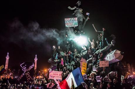 Nouvelles d'actualité, 2e prix – Photos uniques Corentin Fohlen, France Manifestation à Paris contre le terrorisme, 11 janvier, France 11 janvier 2015. Les citoyens démontrent leur solidarité pour les victimes des attaques terroristes, apportent leur voix pour soutenir la liberté d'expression, à la fin d'un rassemblement à la place de la Nation, à Paris. Des marches républicaines ont lieu dans tout le pays à la suite des attentats islamistes dans les bureaux du magazine satirique Charlie Hebdo et une succession d'attaques autour de Paris, causant 16 décès, y compris trois des assaillants. Les officiels du gouvernement français estiment alors qu'entre 1,2 et 1,6 million de personnes ont participé à ce rassemblement, le plus important de la capitale depuis sa libération des Allemands à la fin de la Deuxième Guerre mondiale.