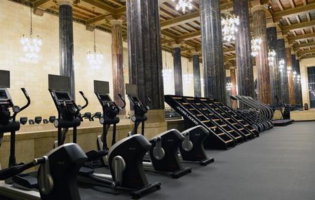 Under Armour transforme une ancienne banque en salle de fitness