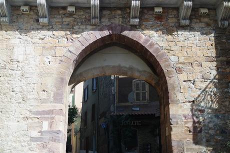 hyères var ville haute vieille médiéval moyen âge remparts