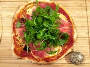Pizza chèvre, jambon de bayonne, olives et roquette