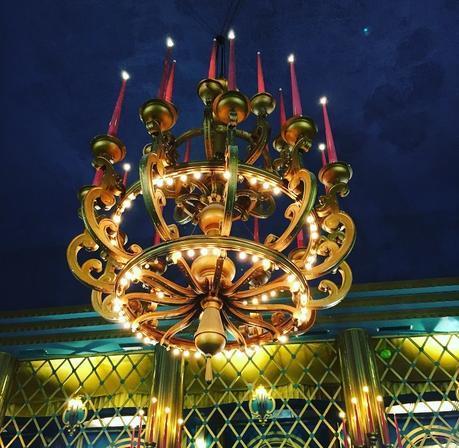 Le lustre du hall des Folies Bergères (c) D'une île à Paris