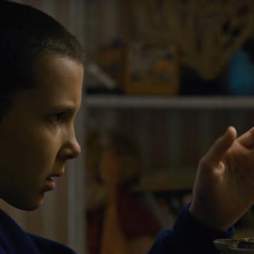 Muette, androgyne, Millie Bobby Brown ne surjoue pas l'étrangeté de son rôle.