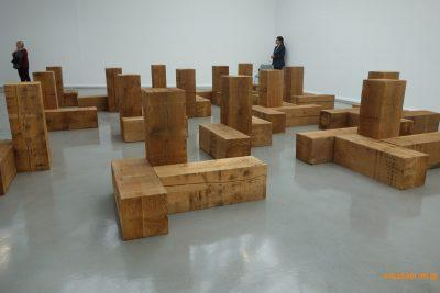 Carl Andre, Uncarved Blocks, 1975 (détail), Vue de l'exposition Carl Andre, Sculpture as place, 1958-2010,