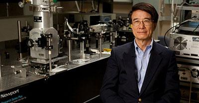 Photograph of Paul Chu in his lab