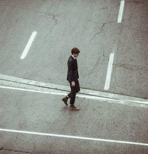 crossing-crossroad-businessman-fashion