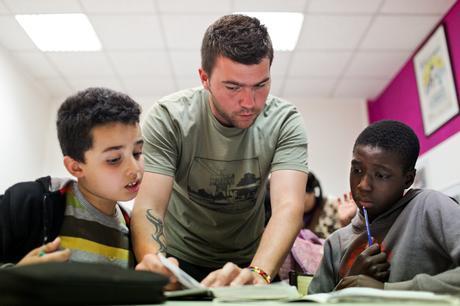 Sylvain Mourichon supervise l'aide aux devoirs © E.R