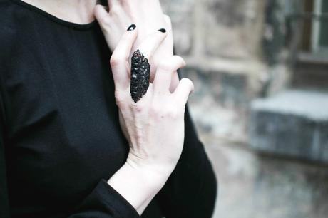 bague-noire-metal-dentelle