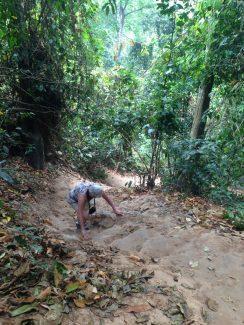 Se balancer en haut des chutes de Kuang Si, Laos
