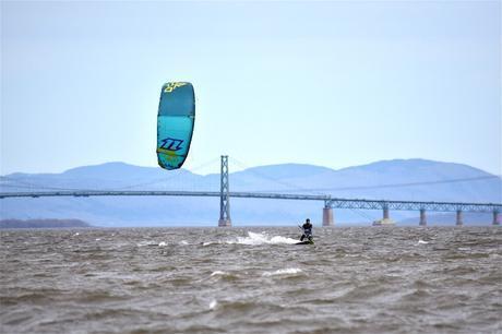 Simon en kitesurf dans la baie de Beauport.