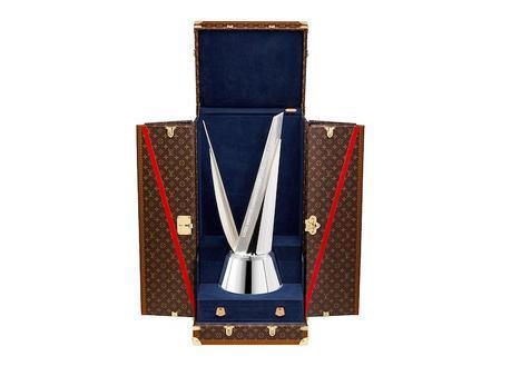 Louis Vuitton présente un trophée et un coffre pour le challenger de la Coupe de l'America